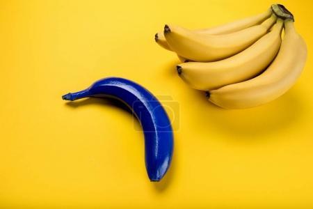 Foto de Vista cercana del racimo de banano maduro fresca y azul uno aislado en amarillo - Imagen libre de derechos