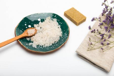 Foto de Vista de primer plano de flores de lavanda secas con jabón de sal y hechas a mano de mar aislado en blanco - Imagen libre de derechos