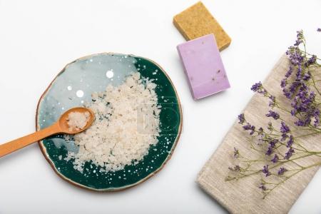 Photo pour Vue rapprochée du savon artisanal avec sel et séchés saladelle isolé sur blanc - image libre de droit