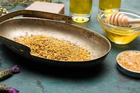 Photo pour Vue rapprochée de pétales séchées, miel pour soins de la peau et du savon fait maison - image libre de droit