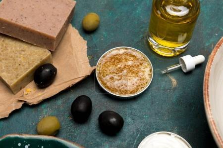 Photo pour Vue rapprochée d'huile, de savon et d'olives pour cosmétiques maison - image libre de droit