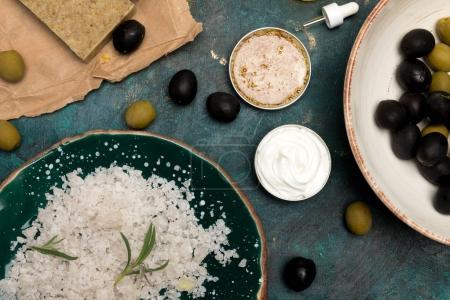 Photo pour Vue de dessus de savon, sel de mer et olives pour cosmétiques maison - image libre de droit