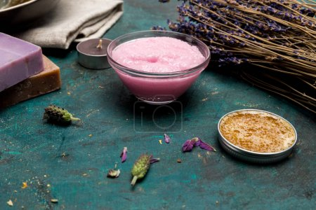 Photo pour Vue rapprochée du savon artisanal à la lavande séchée et aux ingrédients - image libre de droit