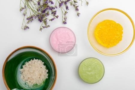 Foto de Vista cercana de ingredientes para Cosmeticos Caseros aislados en blanco - Imagen libre de derechos