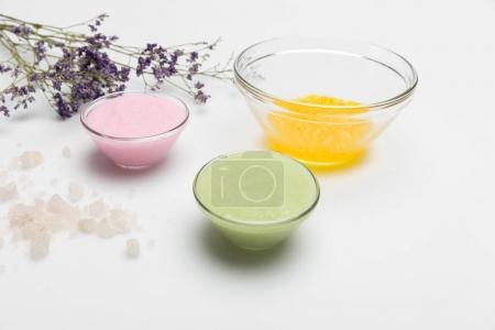 Photo pour Vue rapprochée des ingrédients pour les cosmétiques faits maison isolés sur blanc - image libre de droit