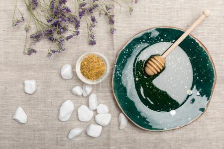 Photo pour Vue de dessus des produits de soins et de l'aromathérapie naturelle du corps sur le tissu gris - image libre de droit