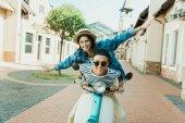 "Постер, картина, фотообои ""Молодая пара езда скутер"""