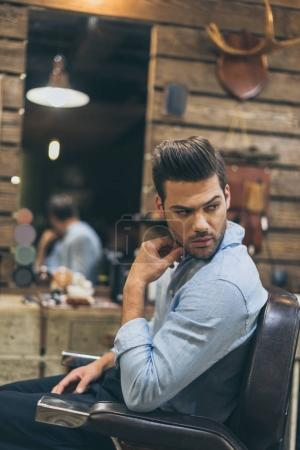 Photo pour Portrait de bel homme caucasien avec coiffure à la mode au salon de coiffure - image libre de droit