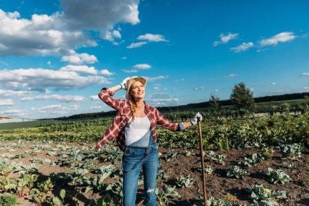 Landwirt mit Hacke bei der Feldarbeit