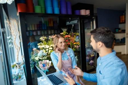 florist and client with laptop
