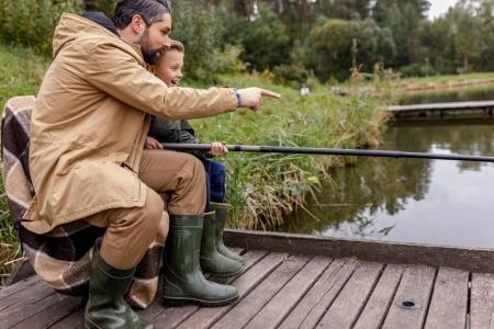 père et fils de pêche ensemble