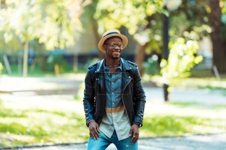 Foto de Retratos de afro americana hombre de reputación de sombrero de paja en la calle - Imagen libre de derechos