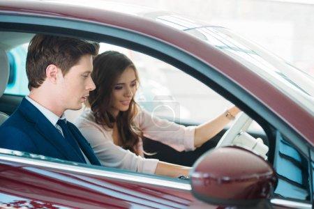 Manager assis en voiture avec le client