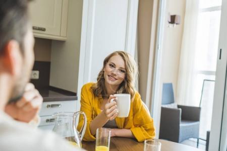 Foto de Joven bonita a mujer bebiendo su café de la mañana en la cocina - Imagen libre de derechos