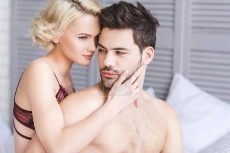 Photo pour Séduisante jeune couple d'amoureux embrassant sur lit - image libre de droit