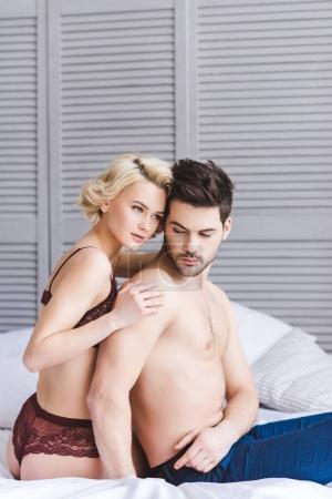 Photo pour Jeune couple préliminaires embrassant sur lit - image libre de droit