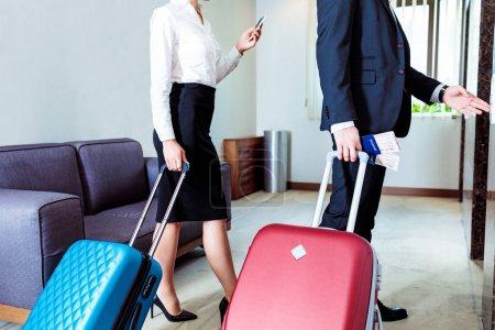 Foto de Recortar imagen de empresario y empresaria esperando el ascensor en el hotel - Imagen libre de derechos