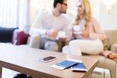 couple tenant des tasses de café avec le smartphone, les passeports et les billets en premier plan
