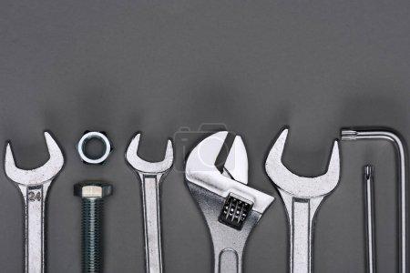 Photo pour Vue de dessus de l'ensemble des différents outils de travail sur gris - image libre de droit