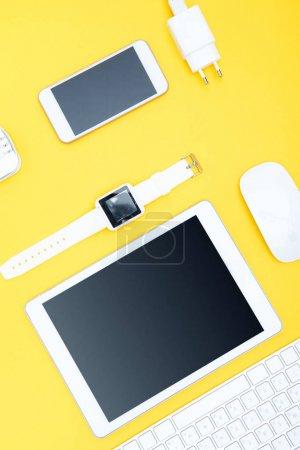 Tablette numérique et fournitures de bureau