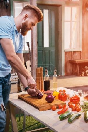 Photo pour Vue latérale d'oignon coupe jeune barbu pour barbecue - image libre de droit