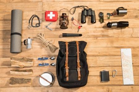Foto de Viajero en fondo madera, plano lay - Imagen libre de derechos