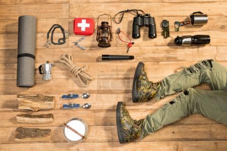 Foto de Caminante y viajero en piso de madera, plano lay - Imagen libre de derechos
