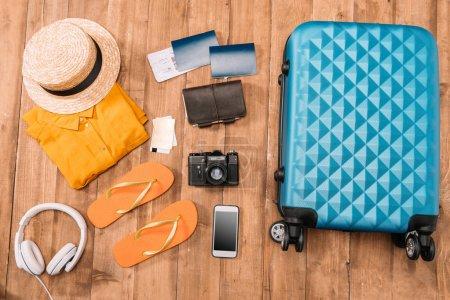 Accessoires de voyage sur plancher en bois