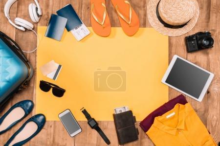 Photo pour Fond de vacances d'été avec accessoires de voyage sur sol en bois - image libre de droit