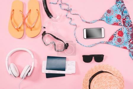 Photo pour Groupe de tenues décontractées pour femmes avec gadgets et équipement de plongée en apnée sur fond rose. Concept vacances d'été - image libre de droit