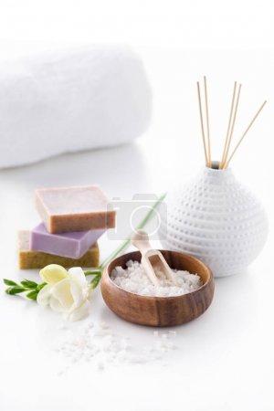 Photo pour Savon, sel de mer et serviette isolé sur blanc, le concept de traitement spa - image libre de droit
