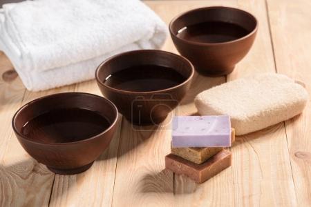 Photo pour Vue rapprochée de l'eau fraîche et propre dans trois bols sur une table en bois - image libre de droit