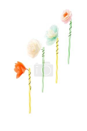 Foto de Vista de primer plano de flores hechas a mano en pajitas aislado en blanco - Imagen libre de derechos