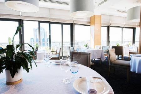 Photo pour Intérieur du restaurant de luxe vide avec belle vue depuis les fenêtres - image libre de droit