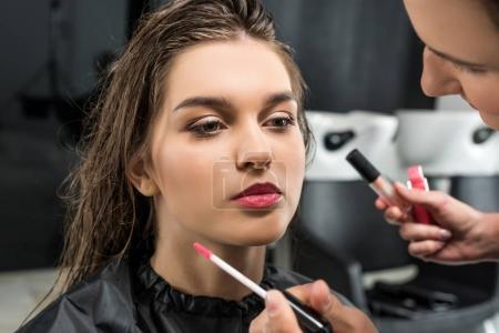 Photo pour Jeune femme obtenir maquillage professionnel de styliste - image libre de droit