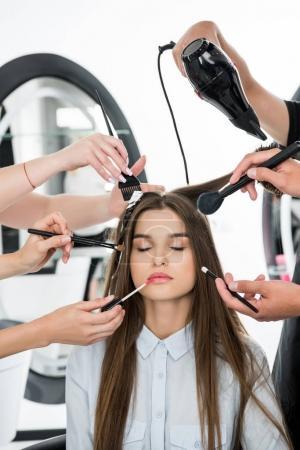 Photo pour Jeune femme détendue dans le salon de beauté obtenir un style - image libre de droit