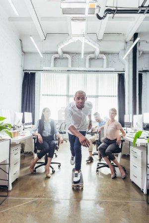 Geschäftsmann auf Skateboard im Amt