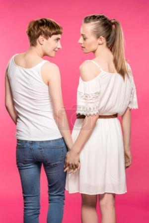 Photo pour Mi-longueur shot de lesbiennes couple et regarder l 'autre amoureusement - image libre de droit