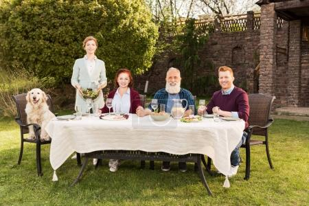 Famille dînant ensemble