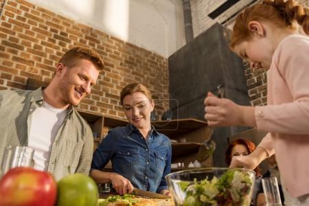 Esposa y marido cocinando juntos