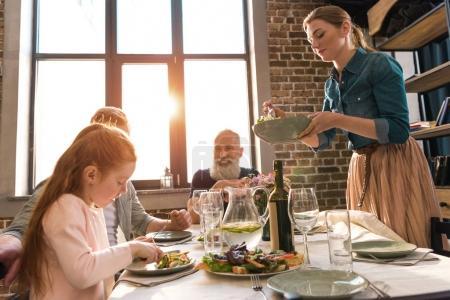 Familie zu Hause beim Abendessen