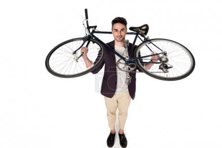 Photo pour Sourire élégant jeune homme tenant vélo et en regardant la caméra - image libre de droit