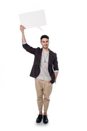 Photo pour Homme souriant tenant la bulle de message vide isolée sur blanc - image libre de droit