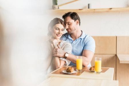 Photo pour Beau jeune couple sortir ensemble dans le café - image libre de droit