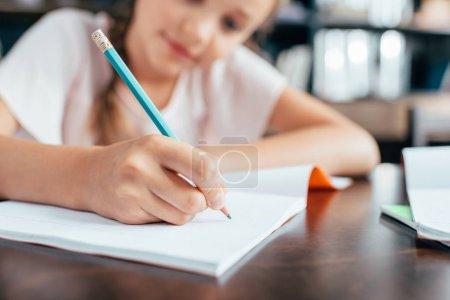 Photo pour Mignonne petite fille mignonne à faire leurs devoirs - image libre de droit