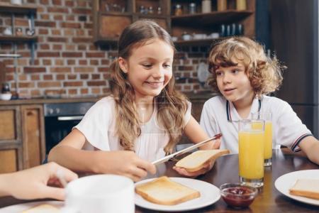 kids having breakfast