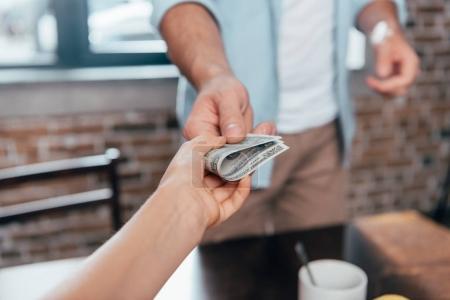 Photo pour Plan recadré de papa donnant de l'argent de poche à sa fille - image libre de droit