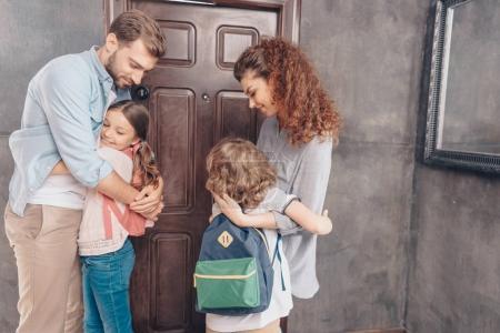 Photo pour Les parents mignons câlin enfants avant l'école - image libre de droit