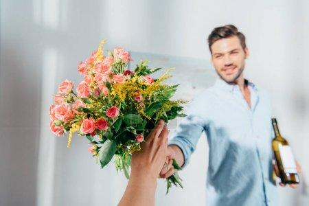 Photo pour Bel homme donnant bouquet à sa petite amie - image libre de droit