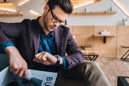 Photo pour Portrait d'homme d'affaires élégant, vérification des temps de quart assis dans le café - image libre de droit